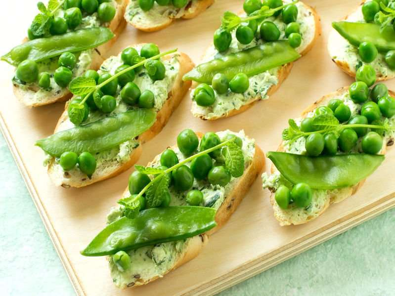 piselli-legumi-superfood-crostini-con-baccelli